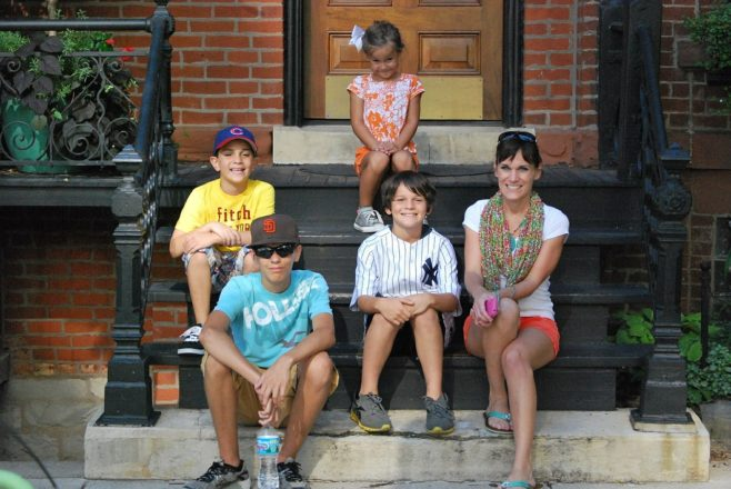 wychowanie dzieci rodzina na schodach