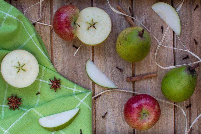 rozcięte jabłka i gruszki