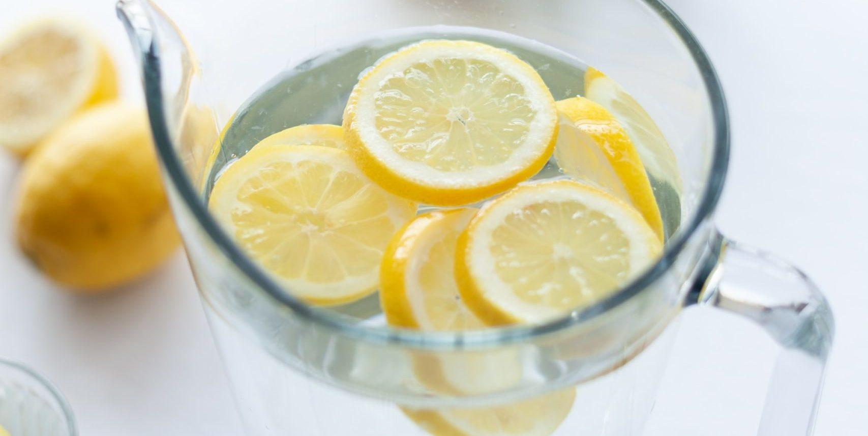picie wody z cytryną